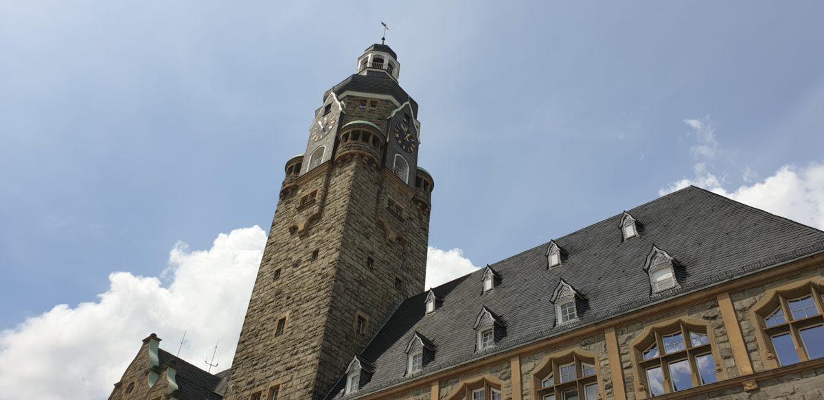 Das Rathaus Remscheid. Im Ratssaal hängen zwei große Banner von Remscheid Tolerant, im Eingang hängt ein Respekt-Schild.