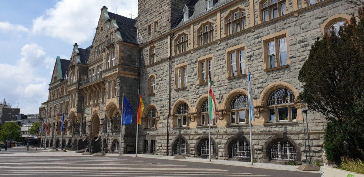 Das Rathaus Remscheid am Theodor-Heuss-Platz: 120 Nationen in dieser Stadt. Foto: Sascha von Gerishem